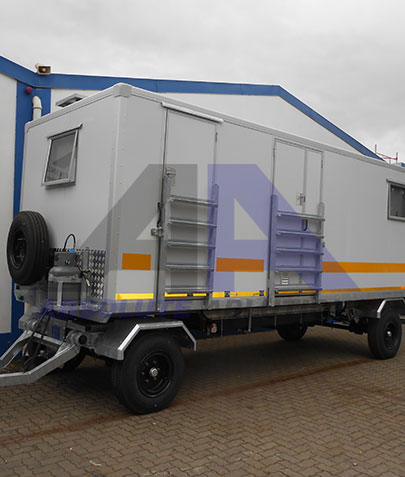This caravan has it all: A kitchenette, toilet and shower, equipment and storage room, as well as two separate rooms, housing 3 people in total